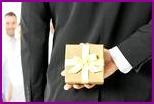 Читай, какой подарок подойдет для руководителя в честь дня рождения