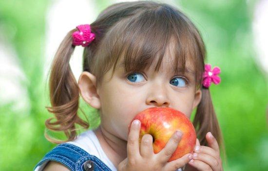 Как влияют витамины в яблоке на здоровье взрослых и детей? Всё о содержании нутриентов, минералов и витаминов в яблоке